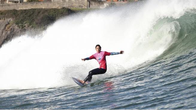 Garazi Sánchez surfeando una ola