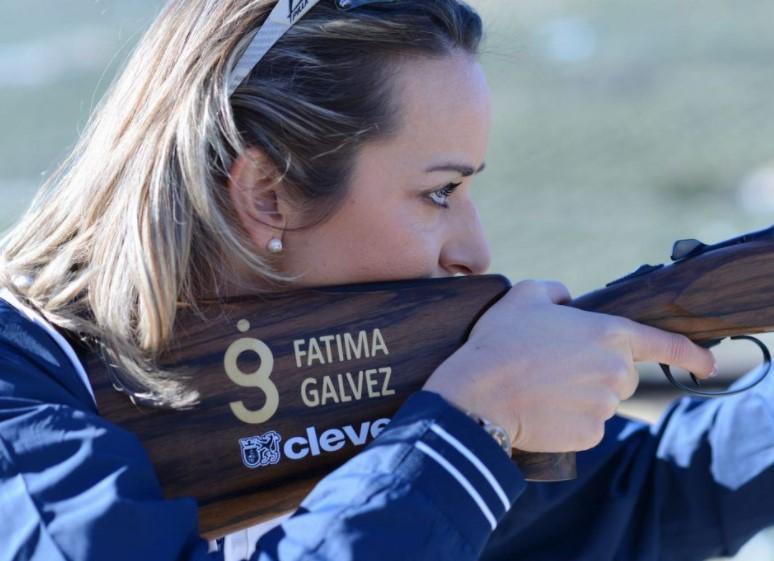 Fátima Gálvez con su rifle,