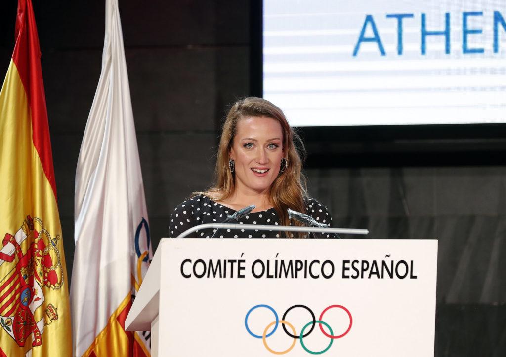 Mireia Belmonte dando voz a las deportistas premiadas