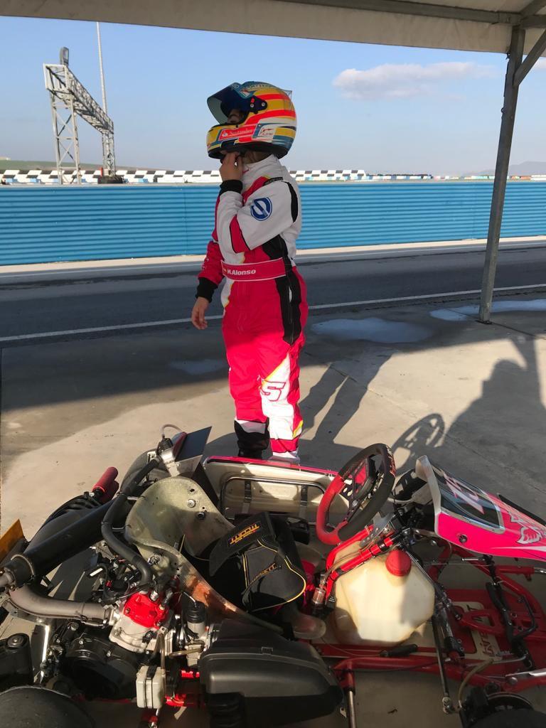 Marta Alonso, piloto de karting, preparándose para un entrenamiento
