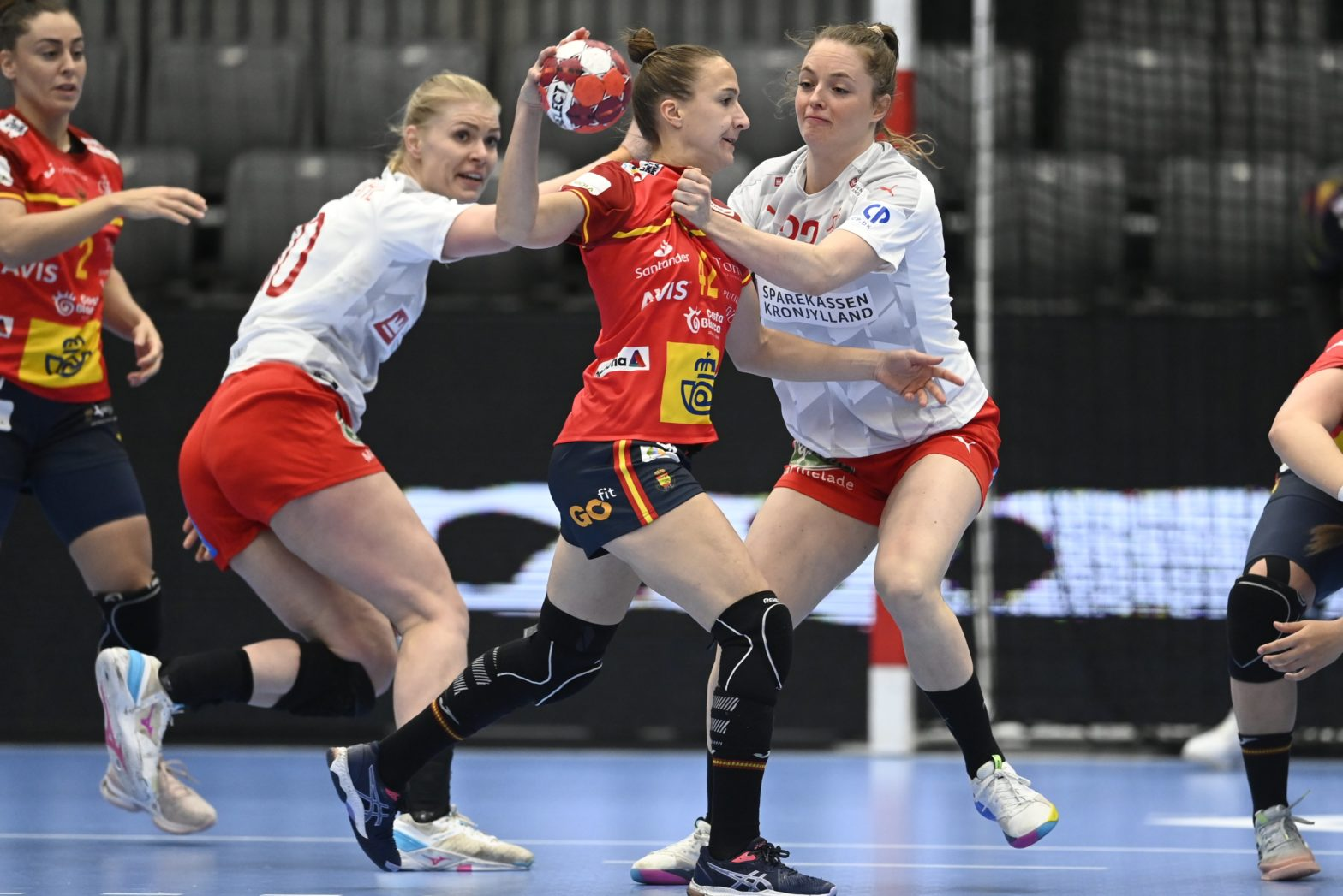 Las guerreras plantan cara a Dinamarca. La selección en una jugada del encuentro