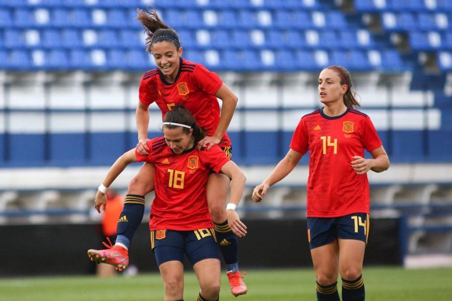 Una brillante España prolonga su racha de triunfos . Jugadoras de la Selección celebrando la jugada