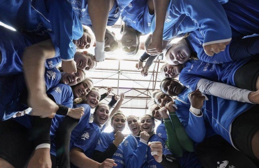 Jugadoras del Bera Bera en círculo celebrando la victoria