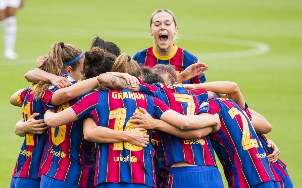 Abrazo entre las jugadoras del Barça tras la victoria