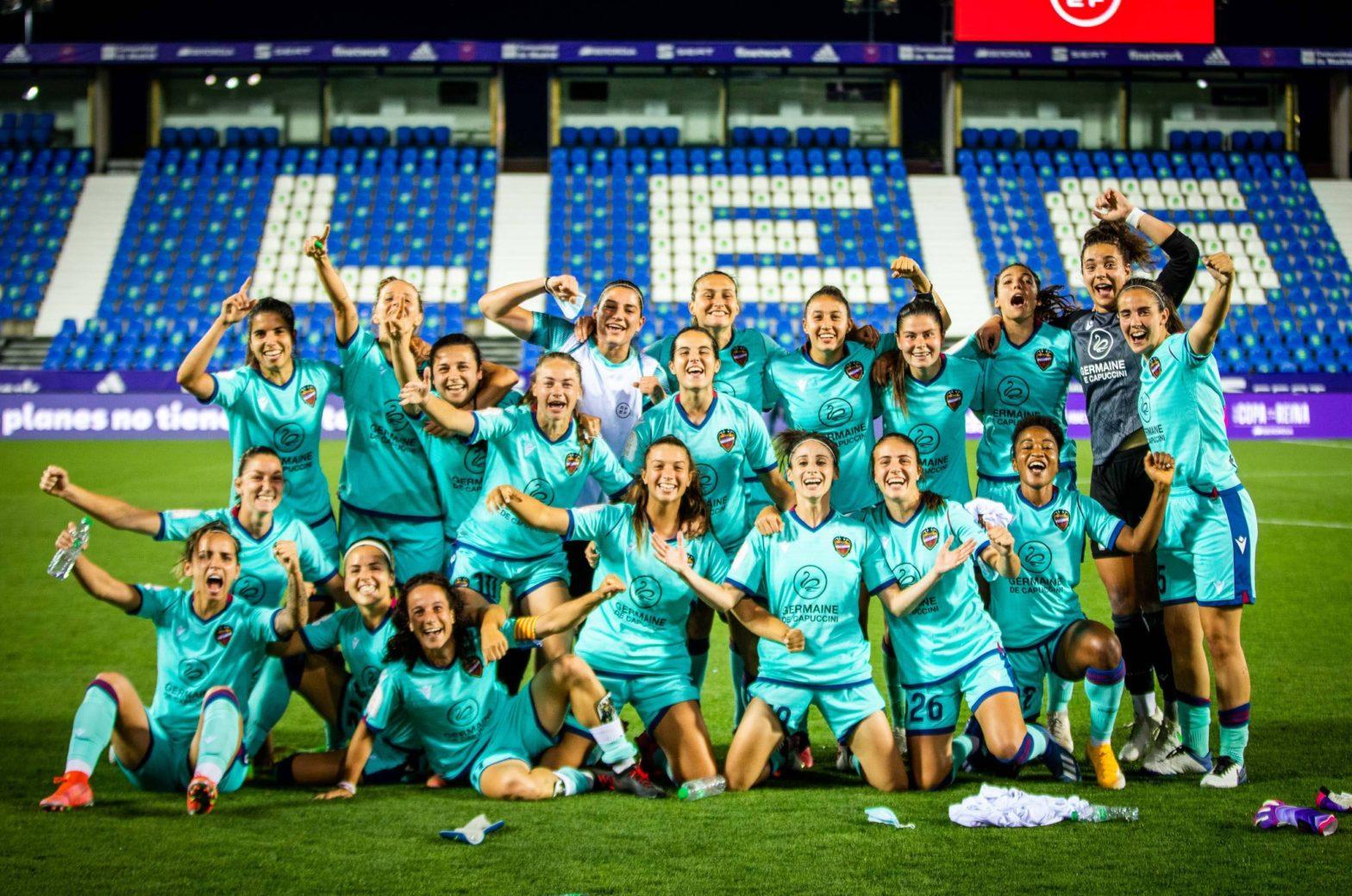 Jugadoras del Levante UD celebrando la victoria
