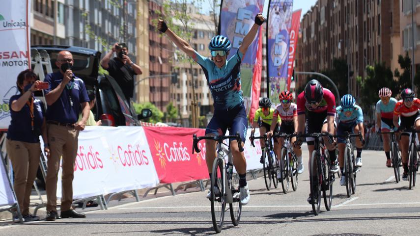Mireia Benito entrada en meta en el II Trofeo Valladolid Rosa Bravo