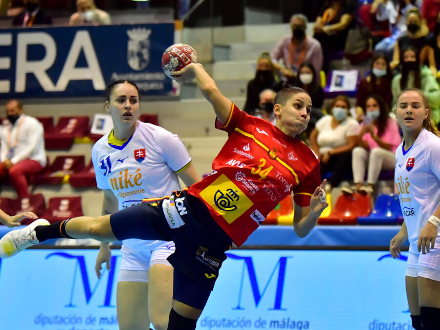 Las guerreras consiguen dos puntos. Jugada de Alicia Fernández ante Eslovaquia